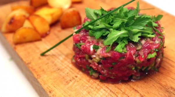 Lạnh gáy với món thịt bò còn sống nguyên đã được dọn lên đĩa - 1