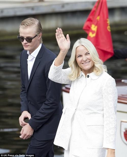 Người mẫu áo tắm hẹn hò với con trai công nương Na Uy - hình ảnh 1
