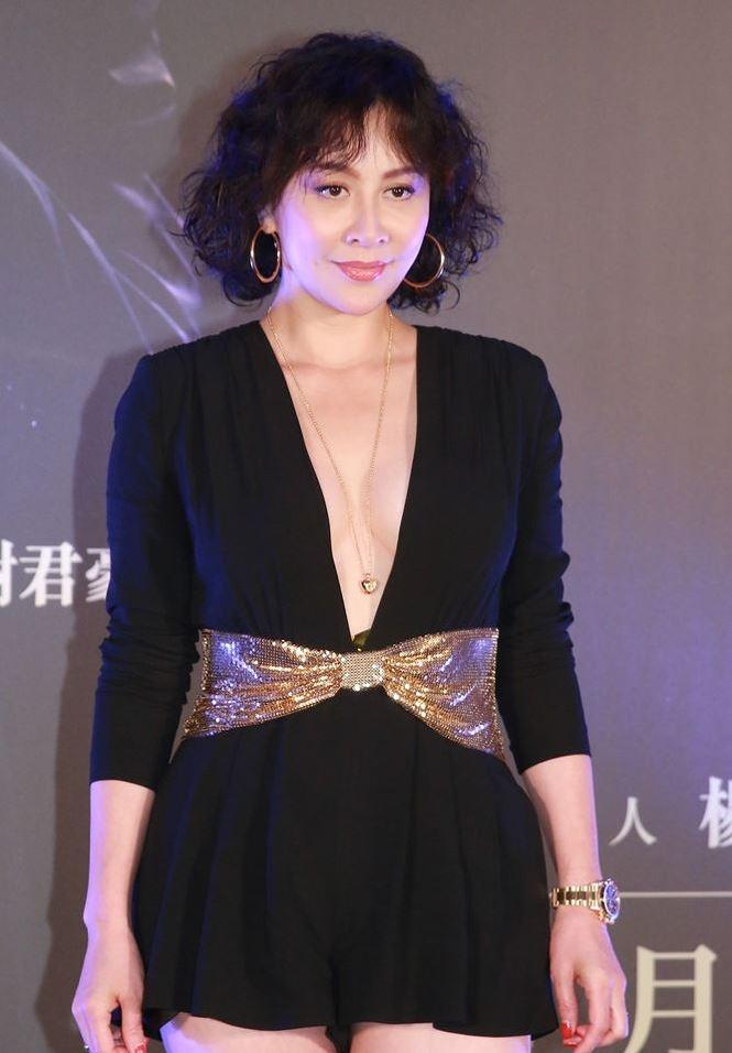 'Phát sốt' với gu mặc ngày càng táo bạo của mỹ nhân U60 Lưu Gia Linh - hình ảnh 3