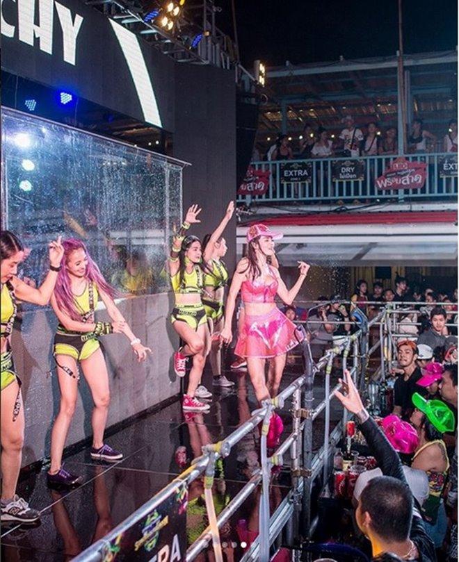 Mỹ nữ nhận án phạt sexy hết nấc trong lễ hội té nước - hình ảnh 5