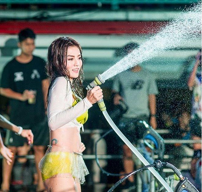 Mỹ nữ nhận án phạt sexy hết nấc trong lễ hội té nước - hình ảnh 4