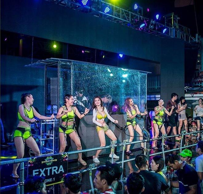 Mỹ nữ nhận án phạt sexy hết nấc trong lễ hội té nước - hình ảnh 6