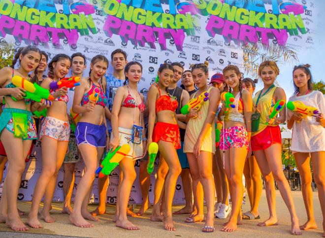 Bị cấm hở hang, gái Thái Lan vẫn mặc bikini, quần 5cm đi té nước - hình ảnh 1