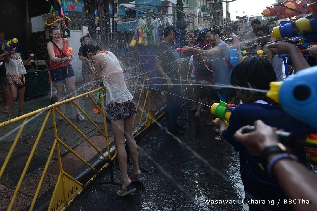 Bị cấm hở hang, gái Thái Lan vẫn mặc bikini, quần 5cm đi té nước - hình ảnh 4
