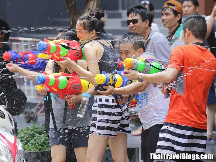 Bị cấm hở hang, gái Thái Lan vẫn mặc bikini, quần 5cm đi té nước - hình ảnh 7