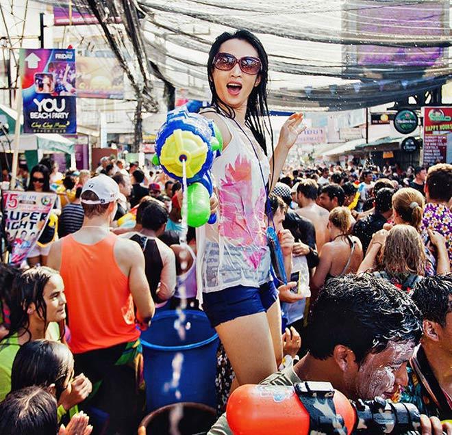 Bị cấm hở hang, gái Thái Lan vẫn mặc bikini, quần 5cm đi té nước - hình ảnh 5