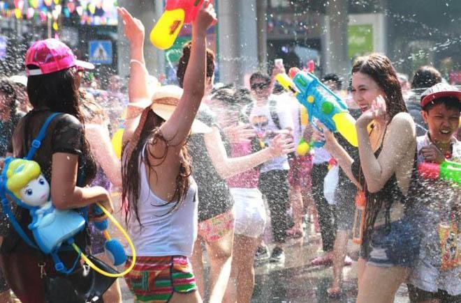 Bị cấm hở hang, gái Thái Lan vẫn mặc bikini, quần 5cm đi té nước - hình ảnh 3