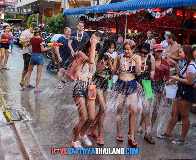 Bị cấm hở hang, gái Thái Lan vẫn mặc bikini, quần 5cm đi té nước - hình ảnh 2