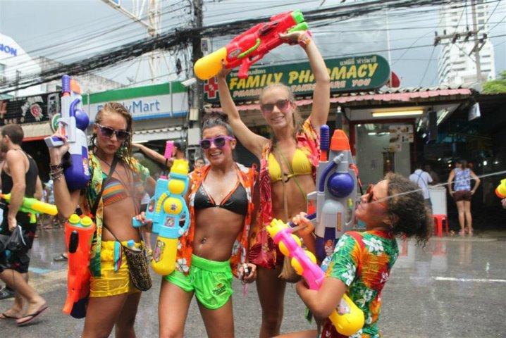 Bị cấm hở hang, gái Thái Lan vẫn mặc bikini, quần 5cm đi té nước - hình ảnh 9