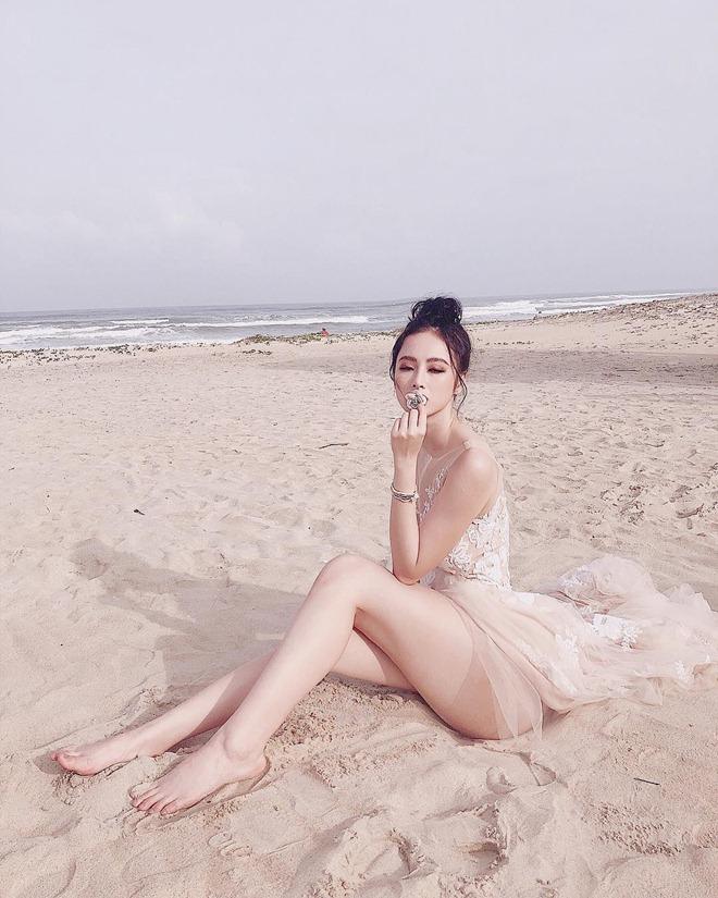 Dáng ngồi từ sexy đến nhạy cảm của Phạm Hương, Angela Phương Trinh - hình ảnh 5