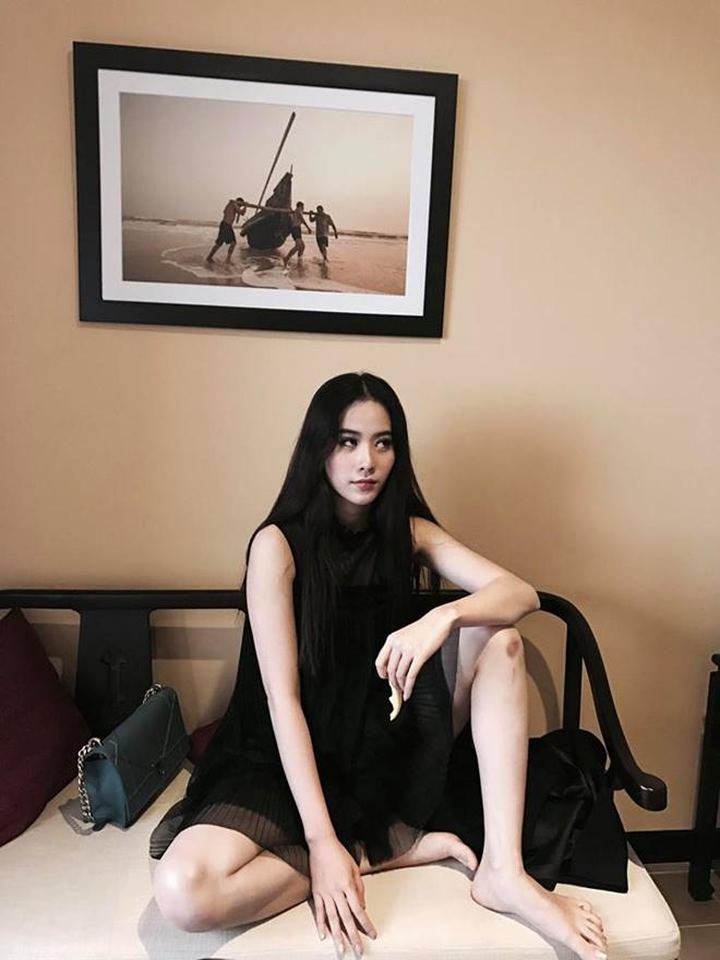 Dáng ngồi từ sexy đến nhạy cảm của Phạm Hương, Angela Phương Trinh - hình ảnh 7