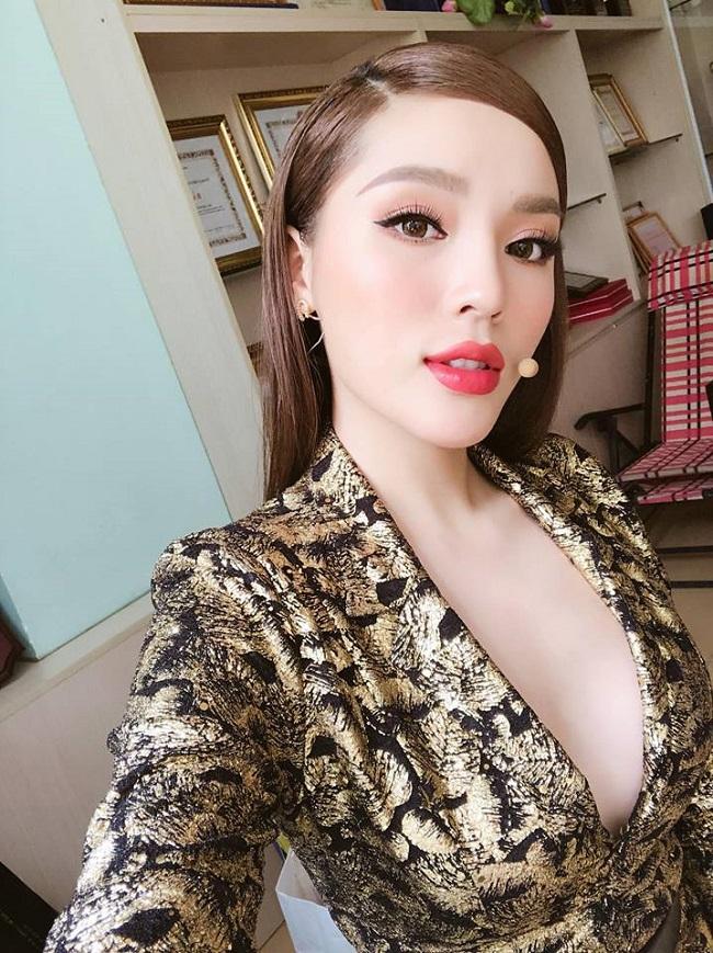Sau sửa vòng 1, Vân Hugo, Phi Thanh Vân… mê mốt váy áo lả lơi như sắp rơi - hình ảnh 4