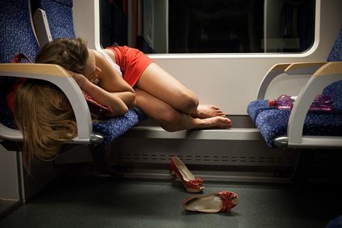 Ngủ hớ hênh trên tàu, cô gái bị sàm sỡ còn ngỡ tưởng mộng xuân - hình ảnh 1