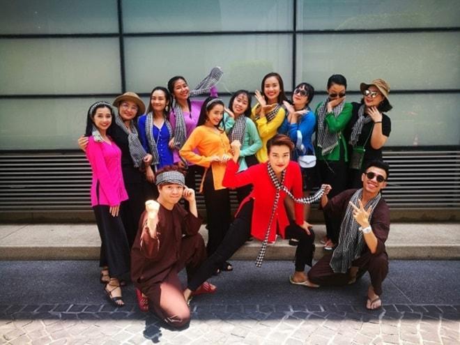 """""""Bật ngửa"""" với trang phục sao Việt diện trong lễ té nước Thái Lan - hình ảnh 1"""