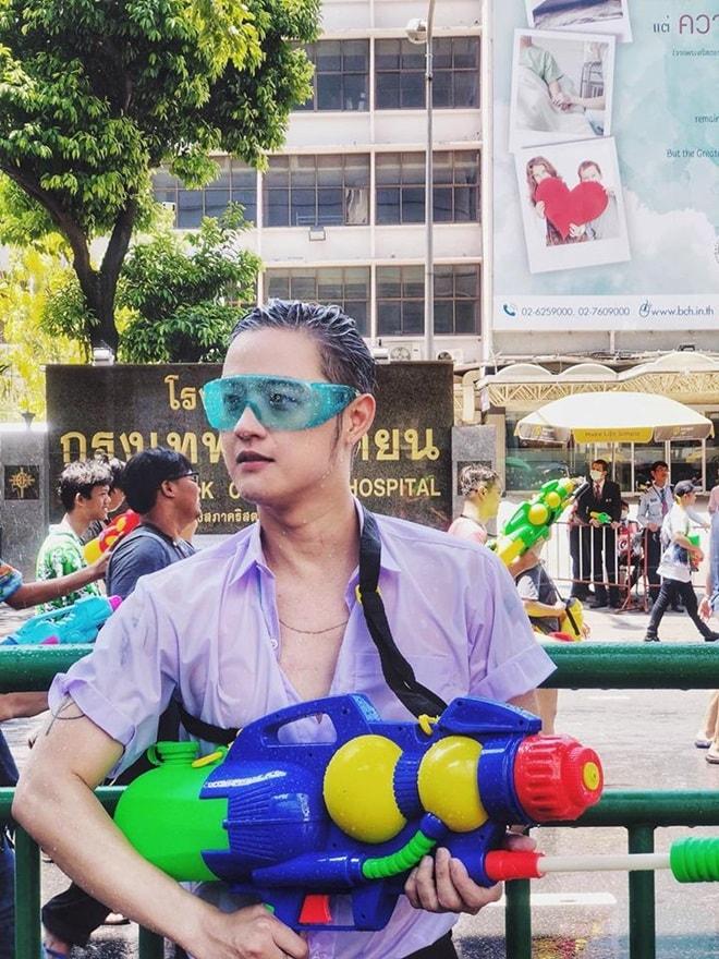 """""""Bật ngửa"""" với trang phục sao Việt diện trong lễ té nước Thái Lan - hình ảnh 9"""