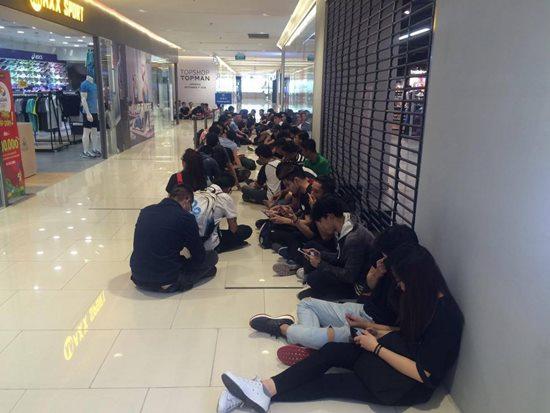 Văn hóa xếp hàng mua giày hiệu của giới trẻ Việt - 1