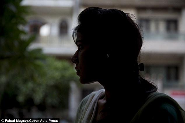 """Hai thiếu nữ suýt bị cưỡng hiếp, trần truồng đi quanh làng vì anh trai """"phạm tội"""" - 1"""
