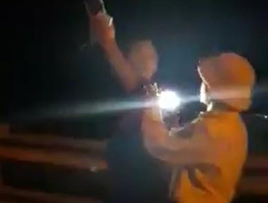 """Điều chuyển công tác CSGT rọi đèn pin, """"vung tay"""" về phía người quay phim - hình ảnh 1"""