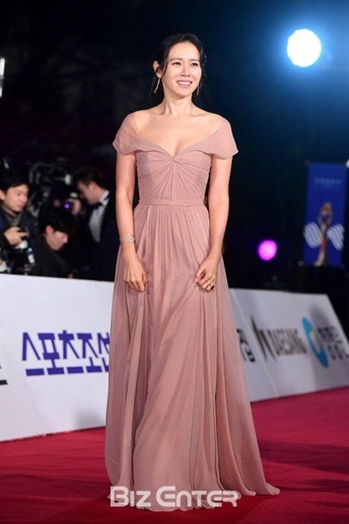 """12 bộ váy gợi cảm nhất của """"chị đẹp"""" Son Ye Jin - hình ảnh 8"""