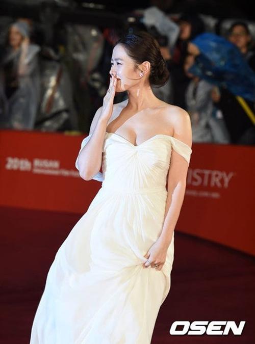 """12 bộ váy gợi cảm nhất của """"chị đẹp"""" Son Ye Jin - hình ảnh 3"""