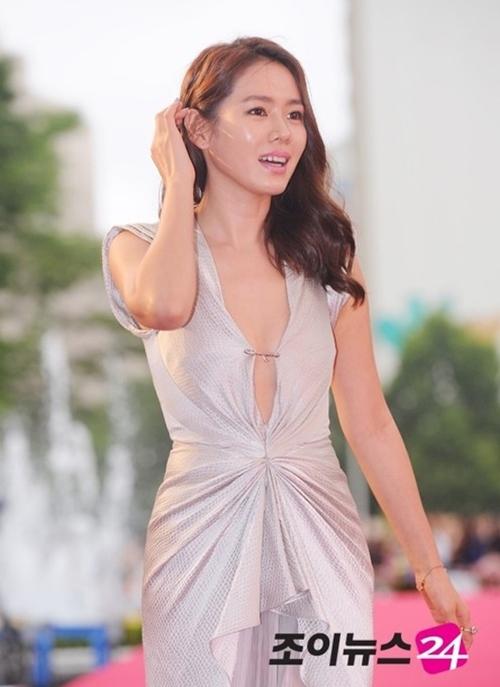 """12 bộ váy gợi cảm nhất của """"chị đẹp"""" Son Ye Jin - hình ảnh 10"""