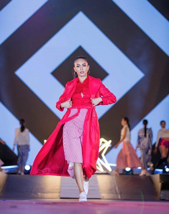 Quán quân Next Top Việt lộ ngực vẫn bình thản trên sàn diễn - hình ảnh 9