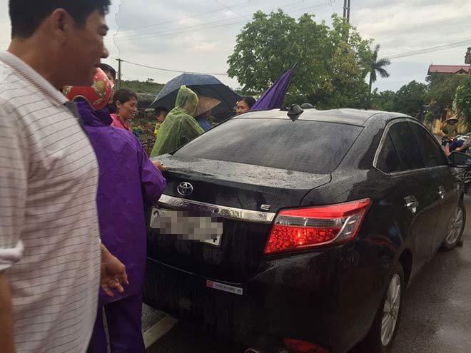 Một người đi ô-tô bị dân vây bắt vì nghi bắt cóc trẻ em giữa ban ngày - 1