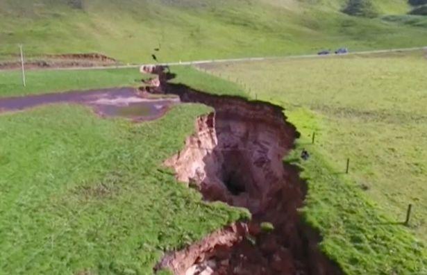 New Zealand: Đất nứt hố tử thần cực lớn, chứa thứ 6 vạn năm trước - 1