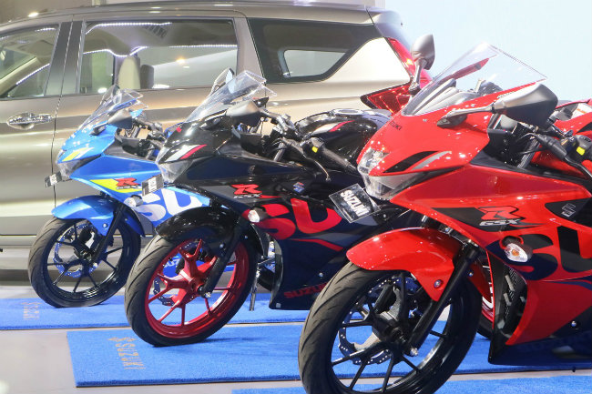 Bộ ba xe côn tay mới cóng Suzuki GSX R150 2018 mới trình diện tại thị trường Indonesia có giá dao động từ 29,15 triệu IDR (47,16 triệu VNĐ) đến 30,15 triệu IDR (49,25 triệu VNĐ), rẻ gần bằng nửa so với xe cùng loại bán tại thị trường Việt Nam. Xe có ba màu tùy chọn gồm: màu đen titan, màu đỏ và màu xanh Ecstar.