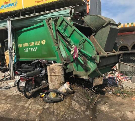 Ngồi sửa xe máy trong nhà, bị xe chở rác tông trọng thương - 1