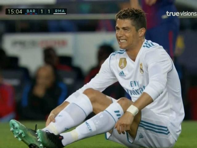 """Ronaldo chọc thủng lưới Barca: Bị Pique """"gài bẫy"""", đau đớn rời sân"""