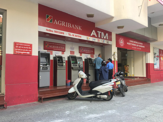 """Lại thêm ngân hàng tăng phí giao dịch, người dùng """"phát hoảng"""" - 1"""