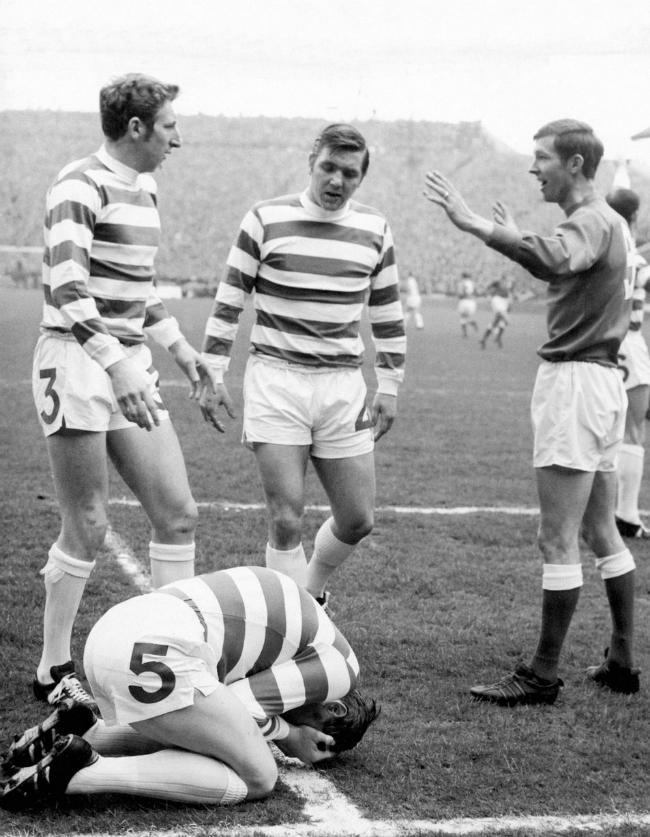 Cầu thủ Tommy Gemmell (Celtic) nổi nóng với Alex Ferguson (Rangers) khi ông có pha vào bóng phạm lỗi gây chấn thương nguy hiểm với người đồng đội của Gemmel là Billy McNeill