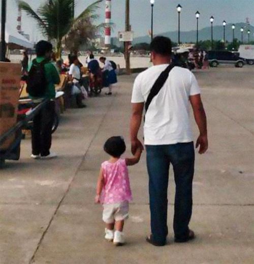 Xúc động mẹ chụp ảnh bố và con gái suốt 4 năm - 1