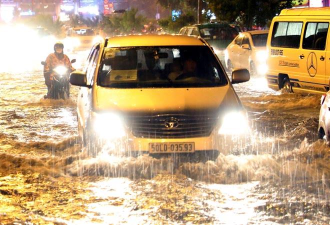Kinh nghiệm lái xe qua vùng ngập nước, hạn chế tối đa rủi ro - 3