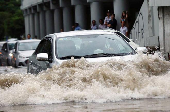 Kinh nghiệm lái xe qua vùng ngập nước, hạn chế tối đa rủi ro - 2
