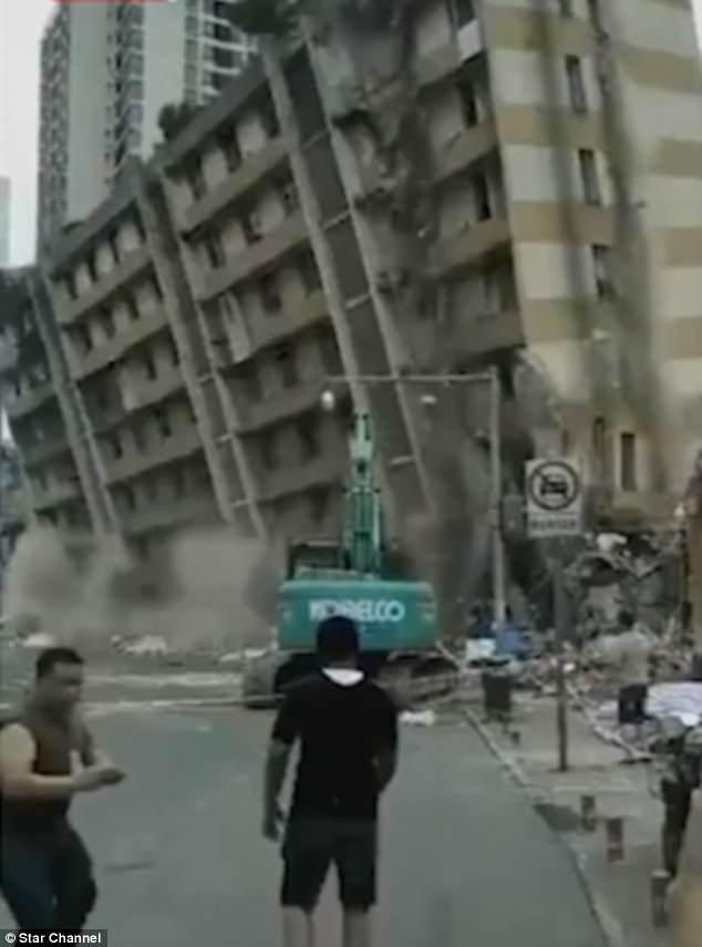 TQ: Nhà cao tầng đổ nhầm hướng, dân chạy tán loạn - 1