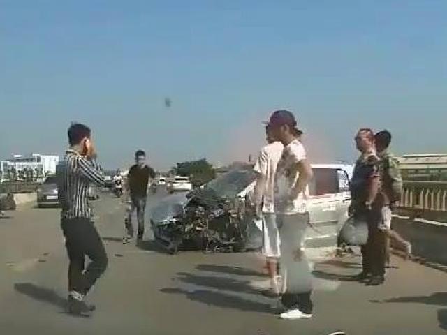 Kinh hoàng taxi mất lái lao thẳng vào xe tải ngược chiều