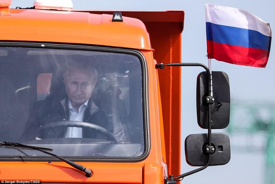 Putin lái xe tải qua cầu nối bán đảo Crimea - 1
