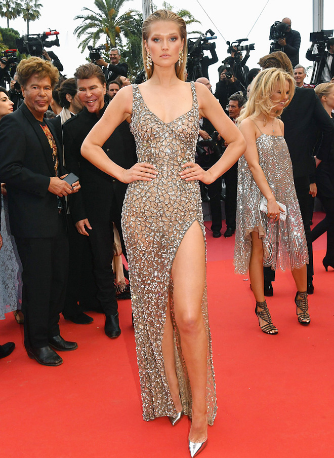 Cannes ngày 8: Mỹ nhân diện váy trong suốt, thả rông ngực táo bạo - 1