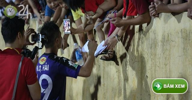 Quang Hải U23 Việt Nam lại ký mỏi tay tặng fan cuồng nhiệt