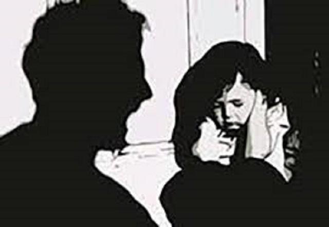 """Mẹ đi vắng, bé gái 14 tuổi bị cha dượng """"quan hệ"""" nhiều lần - 1"""