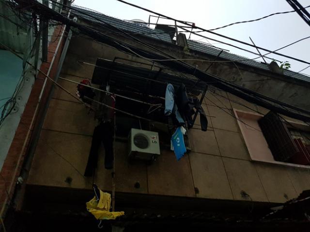 Cháy chung cư ở Sài Gòn, cảnh sát giải cứu hai mẹ con mắc kẹt trong khói lửa