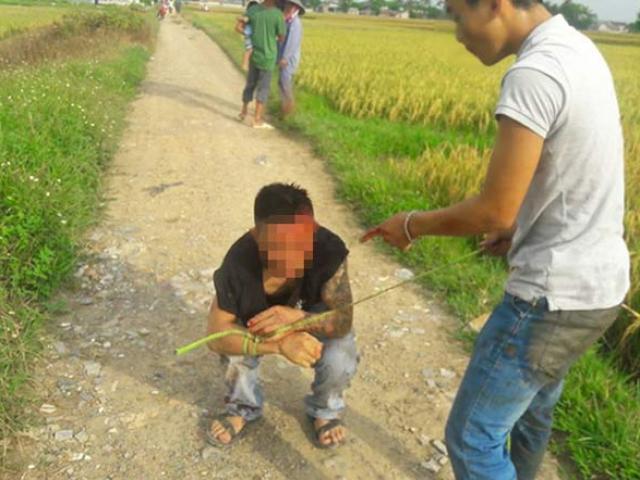 """Nghi """"bảo kê"""" gặt lúa, dân vây đánh thanh niên xăm trổ nhừ tử"""