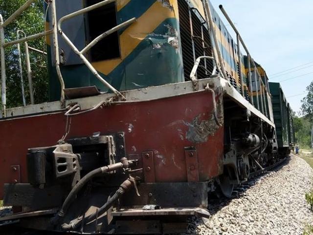 Tàu hỏa lại bị trật bánh vì đâm phải ô tô vượt ẩu