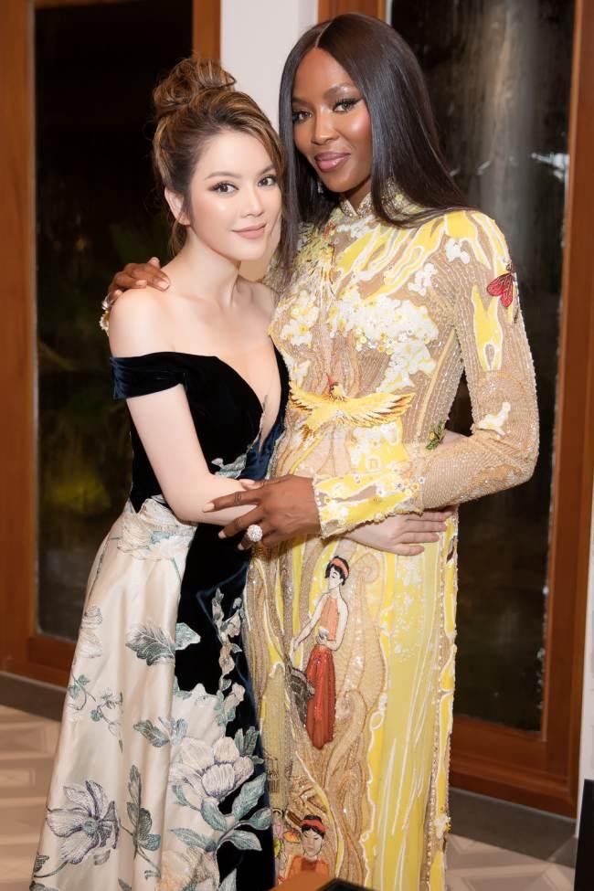 """""""Báo đen"""" Naomi Campbell mặc áo dài, thân thiết Lý Nhã Kỳ trước khi rời Việt Nam - 1"""