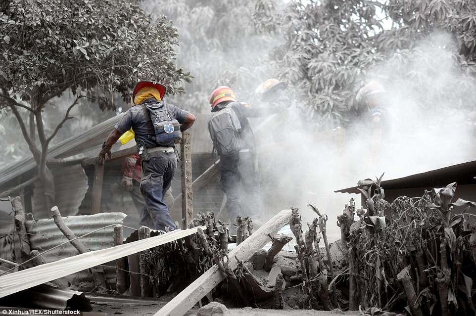 Khoảnh khắc ô tô bị tro bụi núi lửa xộc đến nuốt chửng ở Guatemala - 1