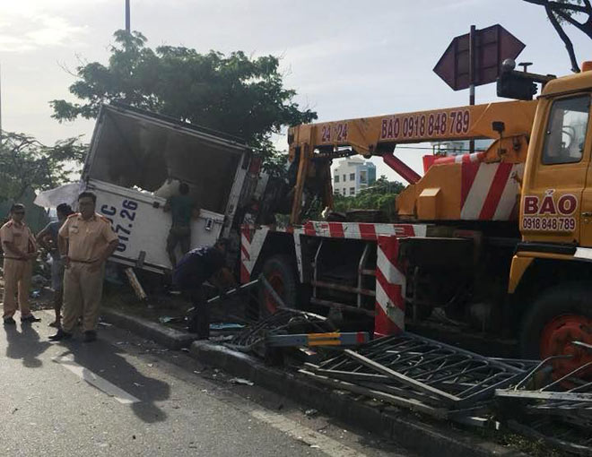 Dừa nước đổ tràn xuống đại lộ ở SG, giao thông tê liệt - 1