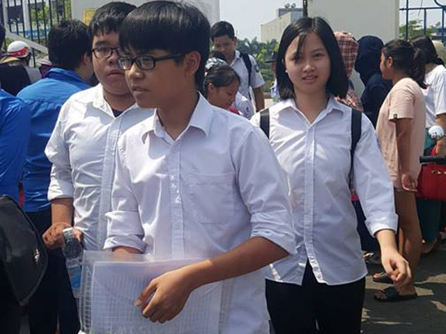 Thi văn lớp 10 ở Hà Nội, sau giờ giới nghiêm vẫn có người lạ xuất hiện - 1