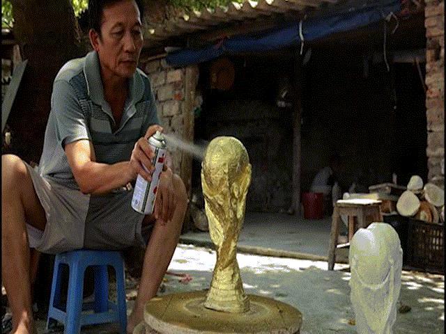 """Đột nhập lò sản xuất """"cúp vàng World Cup"""" ngay tại Hà Nội"""